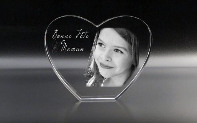 Un trophée en verre en forme de coeur