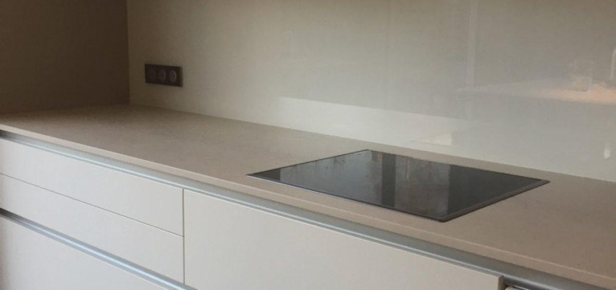 cr dence en verre laqu e blanc atelier du verre cr ations. Black Bedroom Furniture Sets. Home Design Ideas