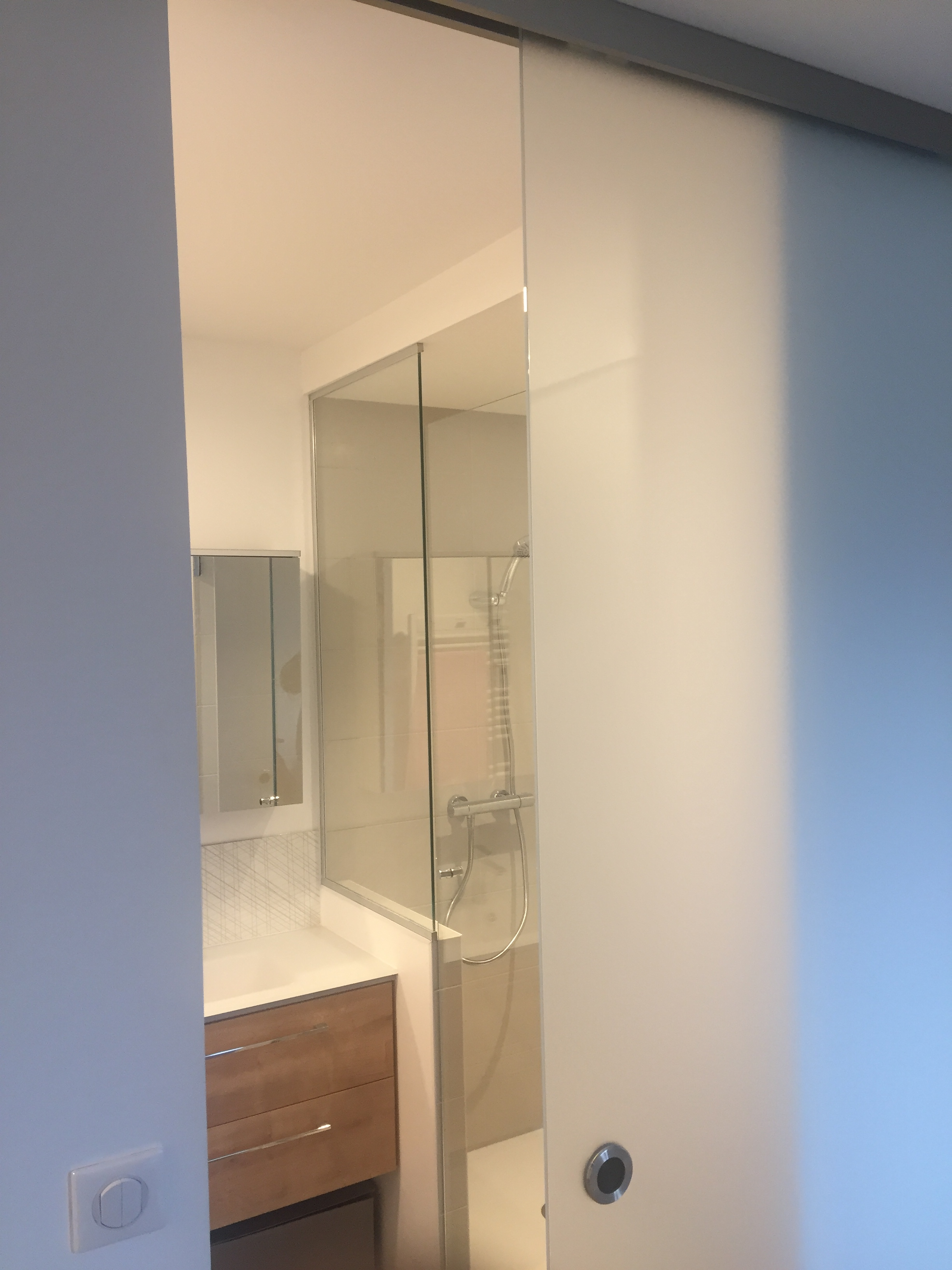 porte en verre d poli coulissante atelier du verre cr ations. Black Bedroom Furniture Sets. Home Design Ideas