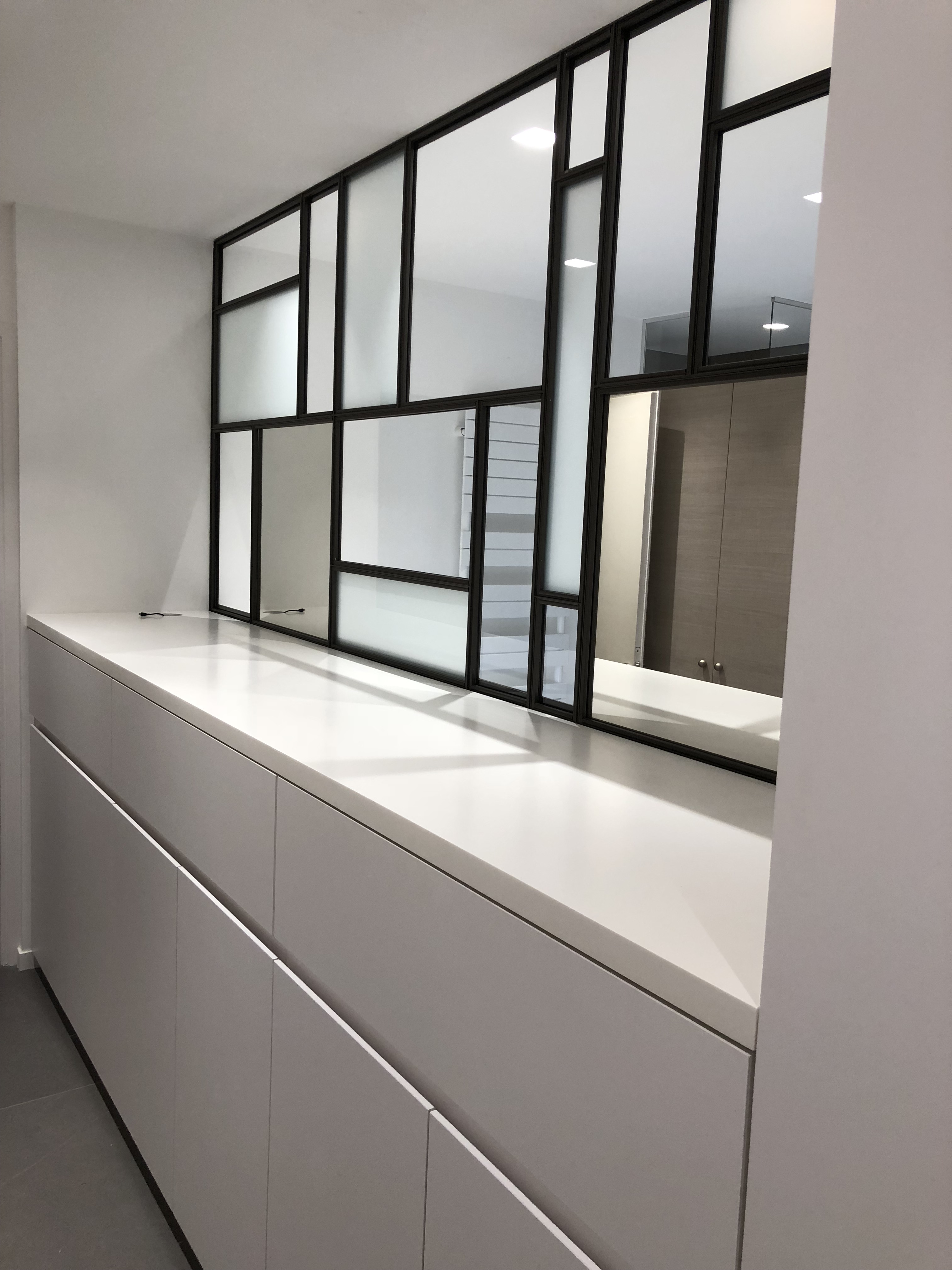 cloison type atelier d 39 artiste en verre et m tal. Black Bedroom Furniture Sets. Home Design Ideas